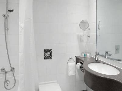 bathroom - hotel holiday inn kensington forum - london, united kingdom