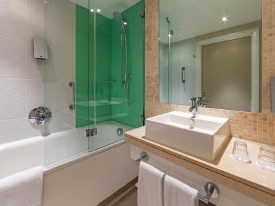 bathroom - hotel holiday inn london - stratford city - london, united kingdom