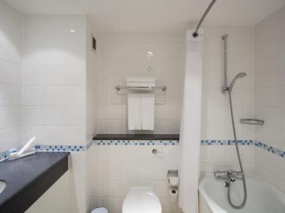 bathroom - hotel holiday inn bloomsbury - london, united kingdom