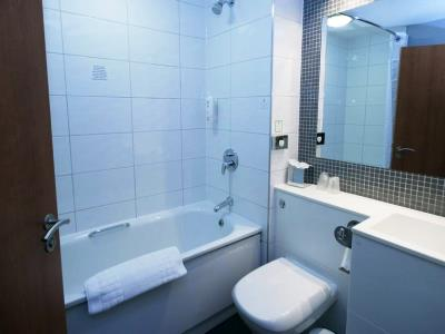 bathroom - hotel holiday inn central park - manchester, united kingdom
