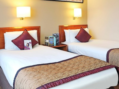 bedroom 2 - hotel crowne plaza manchester airport - manchester, united kingdom