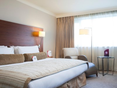 bedroom 1 - hotel crowne plaza manchester airport - manchester, united kingdom