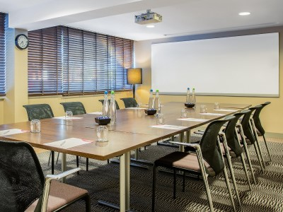 conference room - hotel crowne plaza manchester airport - manchester, united kingdom