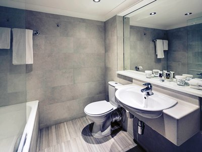 bathroom - hotel mercure manchester piccadilly - manchester, united kingdom