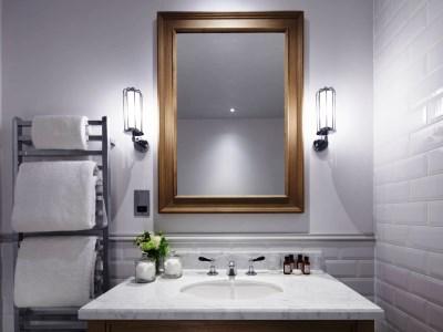 bathroom 1 - hotel kimpton clocktower - manchester, united kingdom