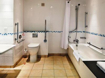 bathroom - hotel holiday inn runcorn - runcorn, united kingdom