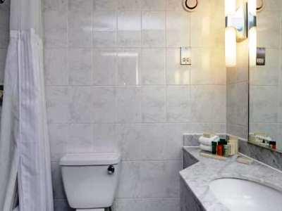 bathroom - hotel hilton watford - watford, united kingdom