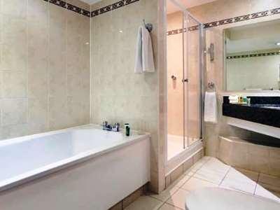 bathroom 1 - hotel hilton watford - watford, united kingdom
