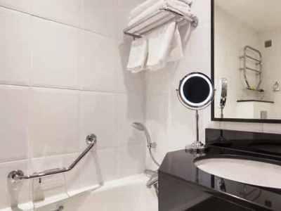 bathroom - hotel hilton york - york, united kingdom
