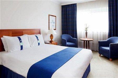 bedroom - hotel holiday inn stoke on trent m6 j15 - newcastle u lyme, united kingdom