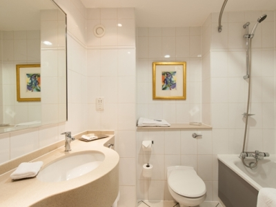 bathroom - hotel doubletree by hilton strathclyde - motherwell, united kingdom