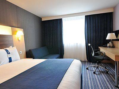 bedroom 1 - hotel holiday inn express sports village - leigh, united kingdom