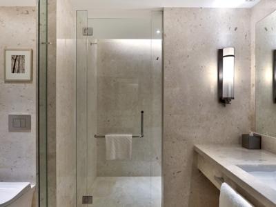 bathroom - hotel hilton kota kinabalu - kota kinabalu, malaysia