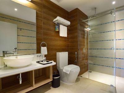 bathroom - hotel mercure kota kinabalu city centre - kota kinabalu, malaysia
