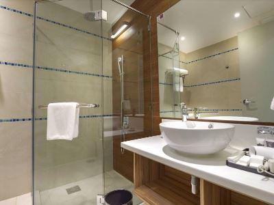 bathroom 1 - hotel mercure kota kinabalu city centre - kota kinabalu, malaysia