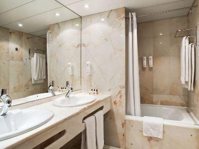 bathroom - hotel holiday inn continental - lisbon, portugal