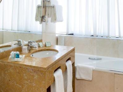 bathroom - hotel holiday inn lisbon - lisbon, portugal
