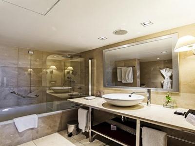 bathroom - hotel crowne plaza porto - porto, portugal