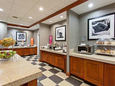 breakfast room 1 - hotel hampton inn suites clovis-airport north - clovis, california, united states of america