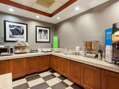 breakfast room - hotel hampton inn suites clovis-airport north - clovis, california, united states of america