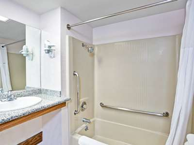 bathroom - hotel days inn and suites by wyndham fullerton - fullerton, united states of america