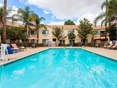 outdoor pool - hotel hilton garden inn valencia six flags - santa clarita, united states of america