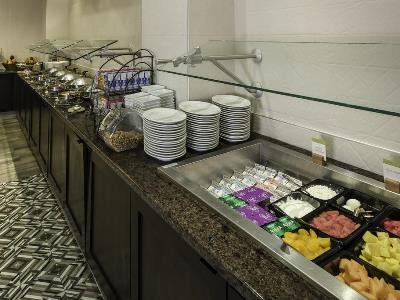 breakfast room - hotel doubletree by hilton hotel wilmington - wilmington, delaware, united states of america