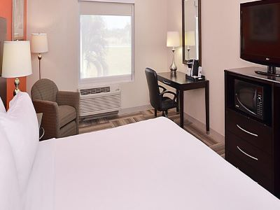 bedroom 1 - hotel holiday inn exp suites gateway to keys - florida city, united states of america