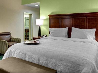 bedroom - hotel hampton inn and suites coconut creek - coconut creek, united states of america