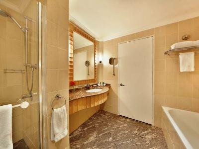 bathroom - hotel hilton sandton - johannesburg, south africa