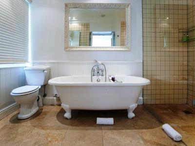 bathroom - hotel devon valley - stellenbosch, south africa