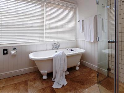 bathroom 1 - hotel devon valley - stellenbosch, south africa